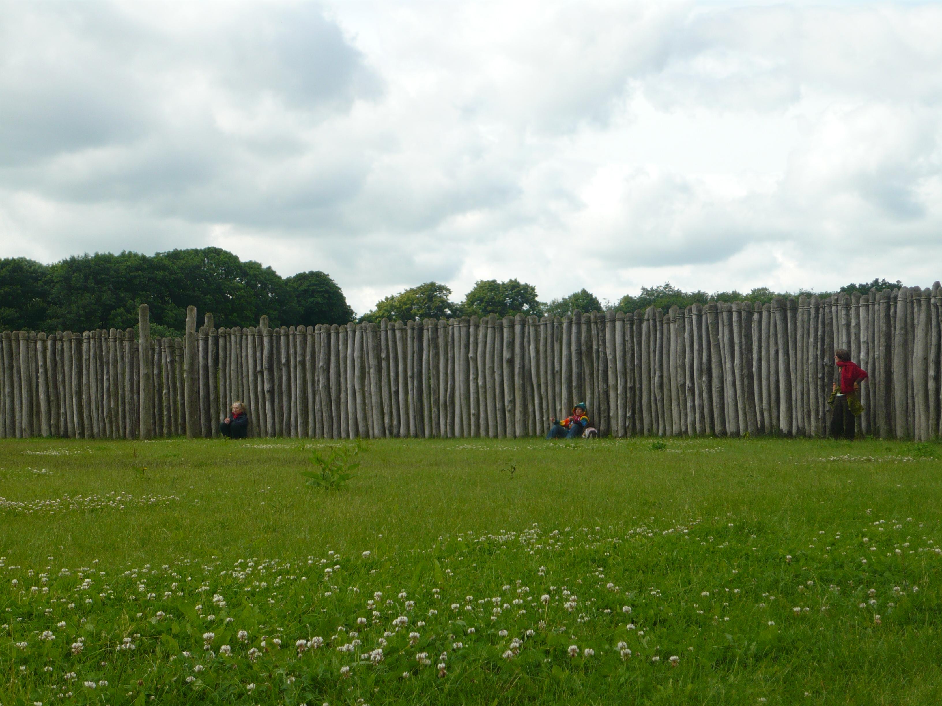 Sonnenobservatorium in Goseck, Sachsen-Anhalt, vor rund 7000 Jahren, lange vor Stonehenge in Kreisform aus Holz gebaut (heutiger Nachbau).