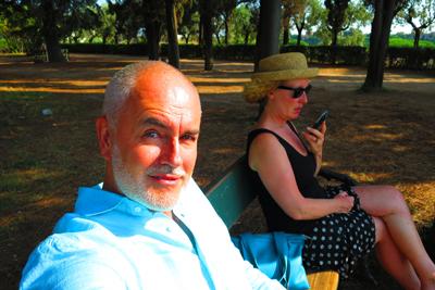 Selfie von Conrad Mayer: Seine Frau Mira empfängt gerade medial eine Botschaft.